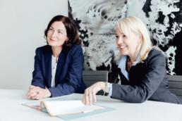 Das Foto zeigt die beiden Partnerinnen in einem Meeting in der Kanzlei Nehl & Breitegger